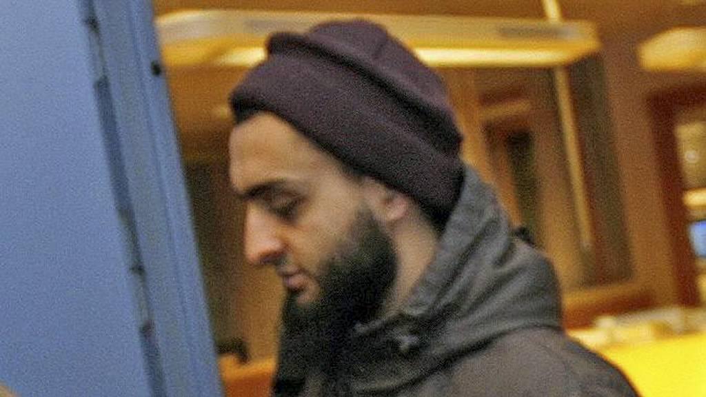Mohyeldeen Mohammad på vei ut av Larvik politistasjon etter en arrestasjon i 2010. (Foto: Trond Reidar Teigen/SCANPIX)