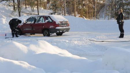 FANT BILEN: Onsdag fant politiet bilen til den drept mannen ved Aurskog busstasjon. (Foto: Bjørn Ivar Bergerud/Indre Akershus Blad)