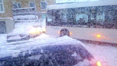 Det store snøfallet i Bergen har ført til trafikkaos onsdag morgen. I tillegg måtte Bergen lufthavn Flesland  stenge på morgenkvisten. (Foto: Ingvild Fantoft Grutle/TV 2)