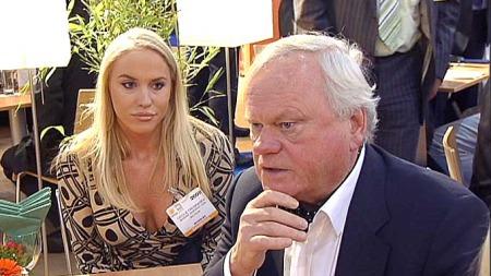 TREKKER SEG: Cecilie Astrup Fredriksen trekker seg fra Giske-utvalget. Her med sin far John Fredriksen. (Foto: TV 2)