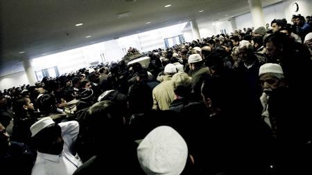 Båren til Faiza Ashraf ankommer moskéen Central Jamaat Ahle Sunnat i Oslo fredag. Her hadde venner og familie bønnestund for henne. Faiza ble kidnappet for tre uker siden og ble funnet drept i Asker natt til torsdag. (Foto: Roald, Berit/SCANPIX)