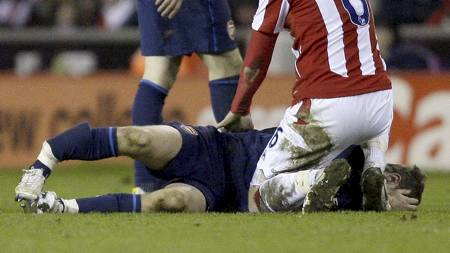 Arsenal's Aaron Ramsey, bottom, is seen after sustaining   a broken leg in a challenge with Stoke's Ryan Shawcross during   their English Premier League soccer match at The Britannia Stadium, (Foto:   Jon Super/AP)
