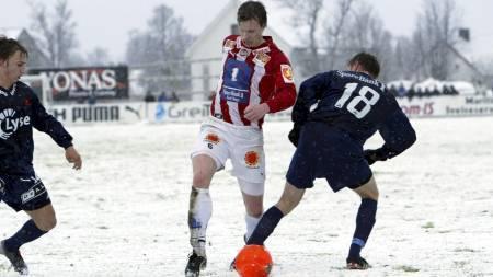 SNØ OG KULDE: Snøen skaper trøbbel for Tippeliga-klubbene. (Foto:   Richardsen, Tor/SCANPIX)