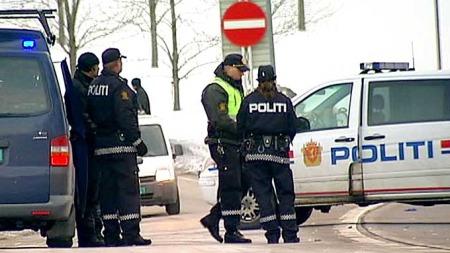 I SORG: Kollegene til den drepte politimannen har en tung dag på jobben.  (Foto: Audun Kolstad/TV 2)