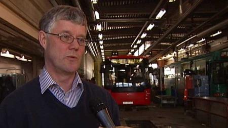 Teknisk sjef i Norgesbuss, William Theisen, fortviler over alle skadene på bussene. (Foto: TV 2)
