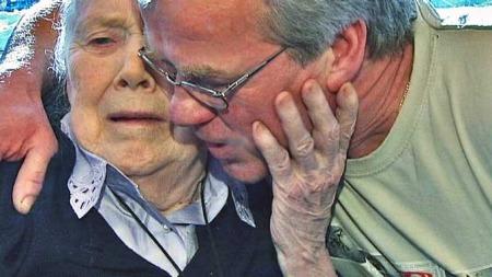 «Vi skal passe på deg vi» sa sønnen Hans Jørgen Schinnes til sin mor og ga henne en god klem. (Foto: TV 2/Tom Bundli)