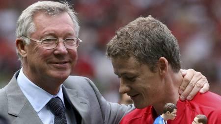 BØYER SEG I STØVET: Ole Gunnar Solskjær hinter om at han vil erstatte Sir Alex Ferguson som United-sjef. (Foto: LINDSEY PARNABY/NTB scanpix)