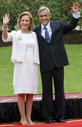 NY PRESIDENT: Sebastian Pinera ble innsatt som president i Chile   torsdag. Her med sin kone Cecilia Morel. (Foto: Scanpix)