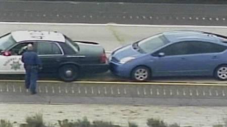 STOPPET MED POLITIHJELP: Her får endelig James Sikes stoppet sin Toyota Prius etter at gasspedalen hang seg opp på motorveien i California. (Foto: HO/Reuters)