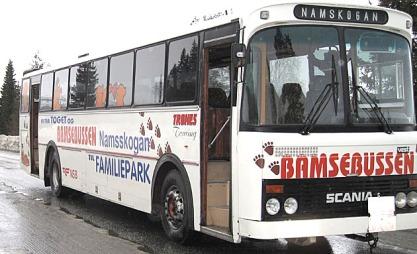 KAPUTT: Bamsebussen som skulle frakte barna til skolen ble stående fast. Motoren ville ikke gå barna ble hentet av en annen buss og kjørt til skolen. (Foto: Anne Brekkvassmo)