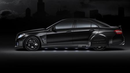 Aerodynamiske lokk over bakhjulene gir bilen et hint av Batman. Lysene under et hint av Getto-Glam!