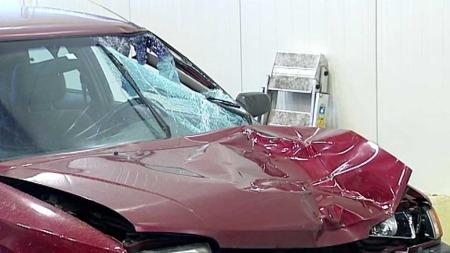 Bilen hadde store skader etter sammenstøtet med politimannen. (Foto: Audun Kolstad)