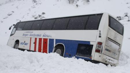 SPERRET INNE: Det tok noe tid før passasjerene klarte å ta seg ut av den havarerte bussen. (Foto: Runar Sandnes)