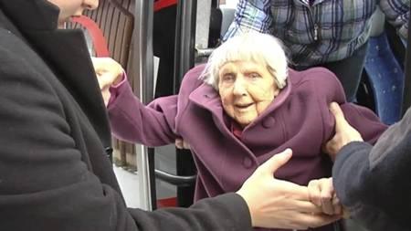 AVHENGIG AV HJELP: Hulda blir hjulpet ut av taxien av sjåføren og familien. (Foto: Harald Bjørnson Jacobsen/TV 2)