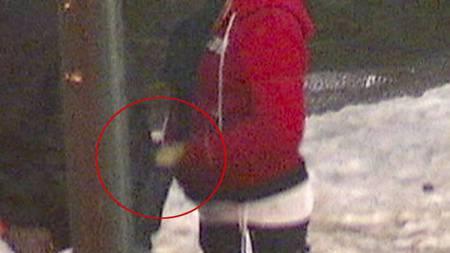 UOPPMERKSOM: Mens han prater med den prostituerte, blir han loppet for innholde i jakkelomma. (Foto: Ingvild Gjerdsjø/TV 2)