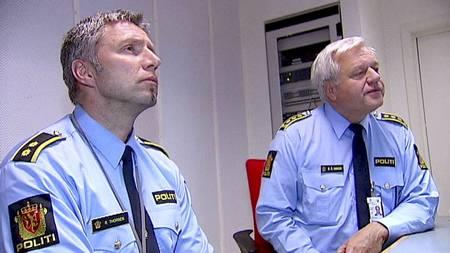 Bjørn Åge Hansen og Robert Thorsen fra Sentrum politistasjon ser på videoen TV 2 filmet natt til fredag. (Foto: TV 2/)