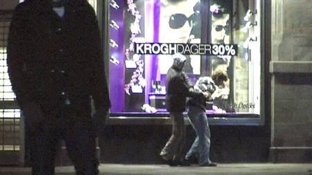 RANET: Denne mannen blir regelrett ranet på Oslos hovedgate. (Foto: Benjamin Bakken/TV 2)