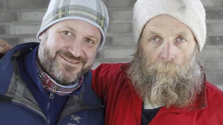 Regissør Fridtjof Kjæreng (t.v.) har fulgt Sverre i over 10 år og laget dokumentarfilmen «Snøhulemannen». (Foto: Poppe, Cornelius/SCANPIX)