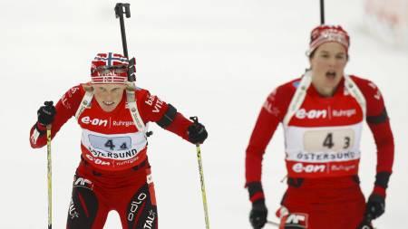 STAFETTDUO: Ann Kristin Flatland (t.h.) sender Tora Berger ut på siste etappe på kvinnestafetten i VM i skiskyting i Østersund i fjor. (Foto: Junge, Heiko/SCANPIX)
