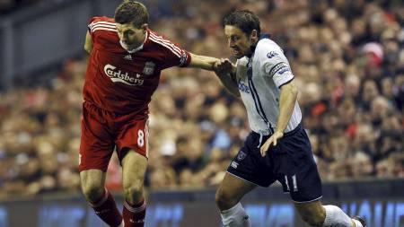 KAN STRAFFES: Steven Gerrard risikerer straff etter å ha brukt   albuen mot Pompeys Michael Brown. (Foto: PAUL ELLIS/AFP)