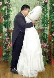KYSSER BRUDEN: Lee Jin-gyu i lykkelige omstendigheter. (Foto: All Over Press  )