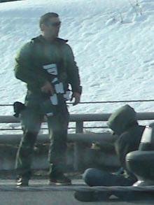 TATT: Bevæpnet politi slo til like ved grensen til Norge. (Foto: Deborah Grace)