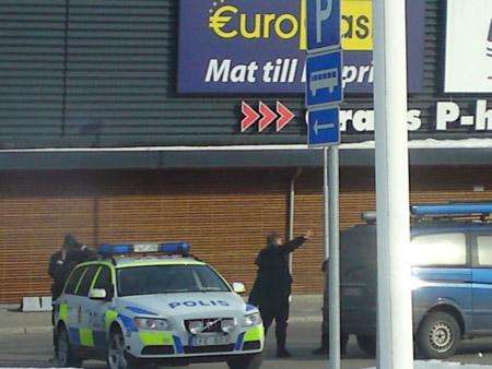 STOR AKSJON: De mistenkte ranerne ble tatt ved Töcksfors, en by mange nordmenn reiser til for å handle. (Foto: Deborah Grace)