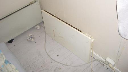 GULVVARME: Panelovnen står rett på gulvet. (Foto: Oslo brann- og redningsetat)