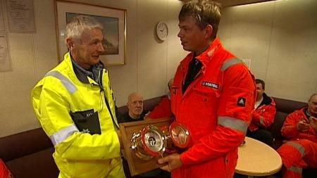 Bjørn fikk en gave overrakt fra kollegene. Skipsklokka og barometeret er av det meget eksklusive slaget som bare samlere forstår seg på. (Foto: Geir J. Huneide / TV 2)
