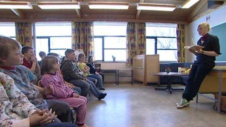 TROLLBUNDET: Barna på Eidså skole satt stor pris på besøket av forfatteren Maria Parr. (Foto: TV 2)