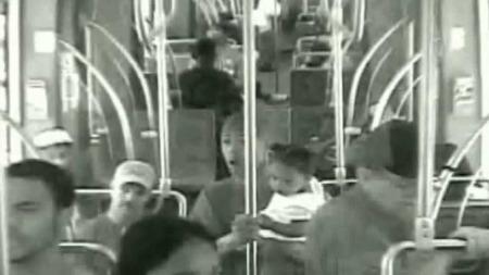 PÅKJØRT: Passasjerene på t-banevognen kjente det kraftige sammenstøtet, men ingen ble alvorlig skadet. Midt i bildet ser en en mann som står og holder et lite barn på armen. (Foto: METRO)