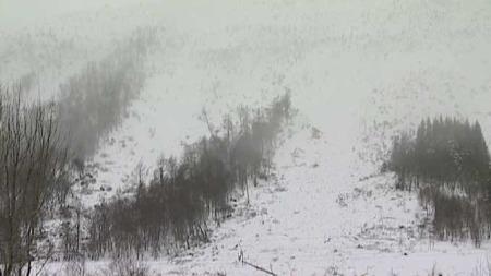 RASTE: En kunne ikke se annet enn snøføyke da raset dundret nedover fjellsiden. (Foto: TV 2)