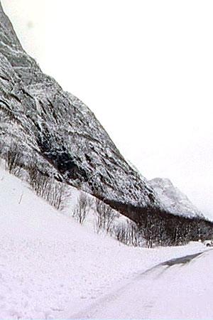 VILT OG VAKKERT: I fjellsidene på nordvestlandet lurer snømasser som når mildværet nå kommer inn, truer med å rase ut over veiene i området. (Foto: TV 2)