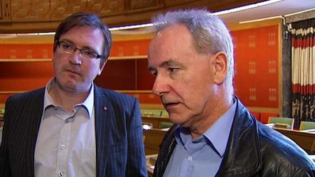 KRITISKE: Ap-politiker og nesleder av finanskomiteen Trond Jensrud (t.v.) og bystyremedlem Ivar Johansen (SV) kritiserte byråden under høringen onsdag. (Foto: TV 2)