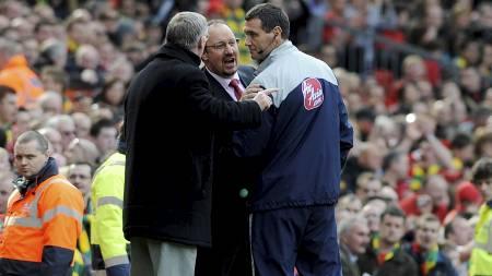 KLAGET PÅ DOMMEREN: Sir Alex Ferguson og Rafael Benitez var   rasende på fjerdedommeren - og hoveddommer Howard Webb i løpet av kampen.   (Foto: RUSSELL CHEYNE/REUTERS)