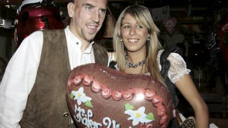 PÅ FESTIVAL: Franck Ribery sammen med konen Wahiba på oktoberfestival. (Foto: FRED JOCH/AFP)