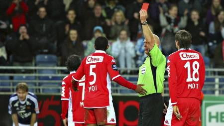 Dommer Tom Henning Øvrebø gir rødt kort til Rodolph Austin under eliteseriekampen mellom Viking og Brann på Viking stadion. (Foto: Hansen, Alf Ove/Scanpix)