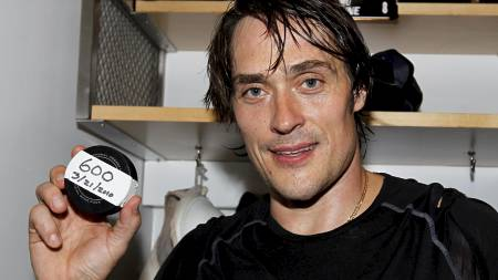 FIKK PUCKEN: Teemu Selänne med pucken han scoret sitt 600. NHL-mål med. (Foto: MIKE BLAKE/REUTERS)