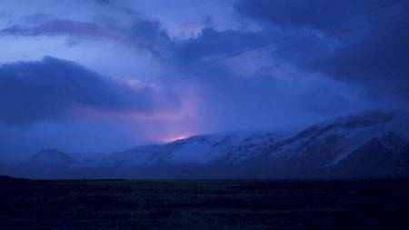 LYS: Utbruddet lyste opp nattehimmelen og var synlig fra svært lang avstand. (Foto: HALLDOR KOLBEINS/AFP)
