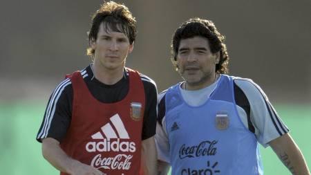 Diego Maradona og Lionel Messi. (Foto: JUAN MABROMATA/AFP)