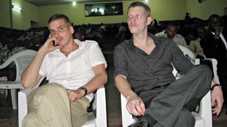 I RETTEN: Tjostolv Moland og Joshua French under en av rettssakene mot dem i Kisangani, Kongo. (Foto: AFP)
