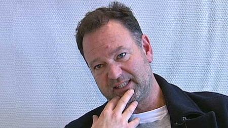 MÅ TA TAK: Rune Vedvik, som er far til israsofferet Robin, mener gårdeiere ikke bare må tenke på bøter, men også fysisk rydde tak. (Foto: TV 2)