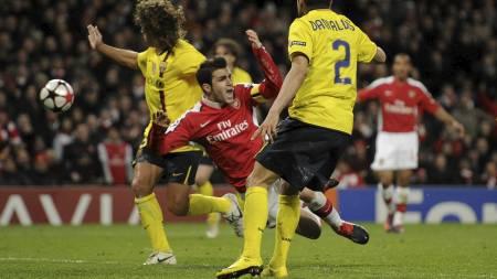 Cesc Fabregas i duellen som gav Arsenal   straffespark. (Foto: Tom Hevezi/AP)