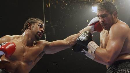 David Haye får inn en treffer på John Ruiz (Foto: Simon Dawson/AP)