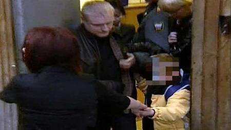 Adoptert gutt taes hånd om (Foto: RUC1R)