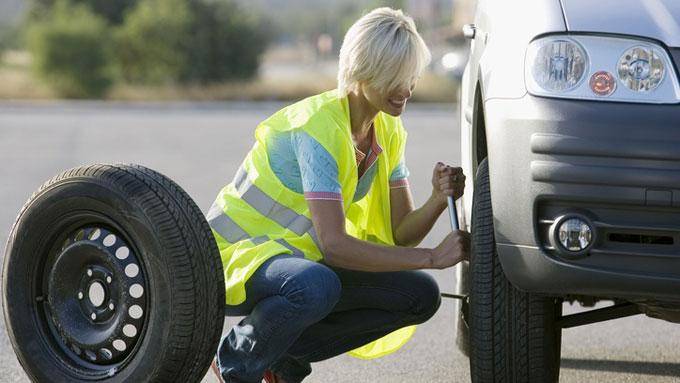 Bare 7 prosent av kvinnene skifter hjul på bilen selv. Illustrasjonsbilde  (Foto: Scanpix)
