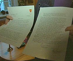 Dordi Skuggevik Tande viser fram skriv med den offentlige advarselen rettet mot henne, en slags bannlysning.