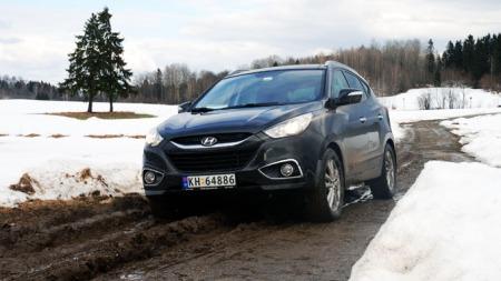 Grusvei og vårløsning kan være en utfordring med lav bil (Foto: Benny Christensen)