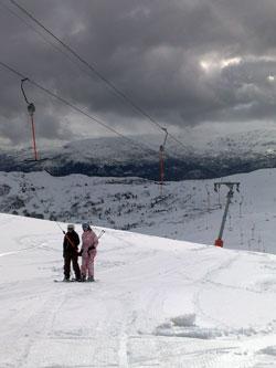 De siste dagene av mars var det fortsatt mye snø på fjellet overfor Voss. (Foto: Ronald Toppe)