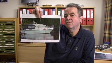 Inspektør Svein Waage i Fiskeridirektoratet tror han blir upopulær blant kollegaene når han hevder fiskere jukser til seg momsfritak for fritidsbåter. (Foto: Robert Reinlund/TV 2)